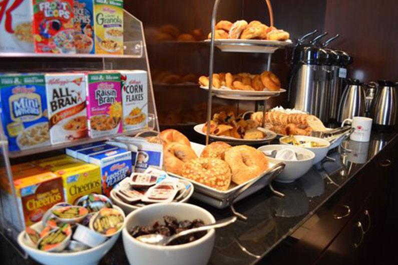 O café da manhã Continental que você provavelmente encontrará em Orlando: uma bancada com algumas opções de cereais, pães e bagels.