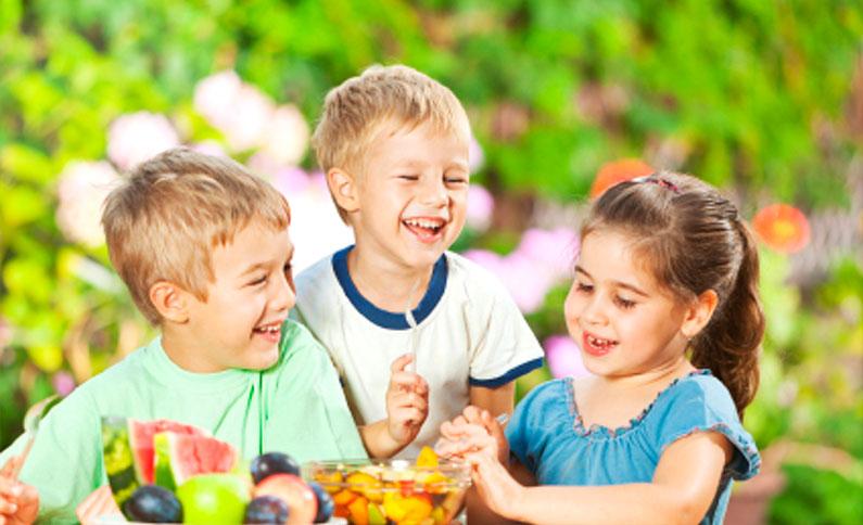 crianças-lanche-saudável-no-parque